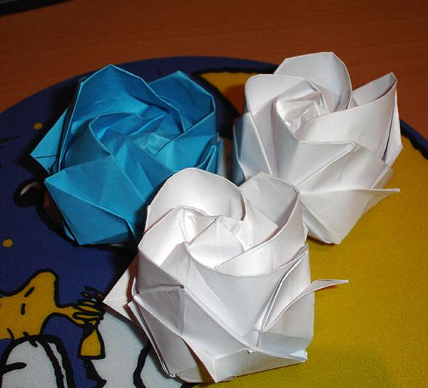 Уже купила спецальную бумагу для оригами и сделаю красные розы)) если кому интересно, могу выложить схемы сборки...
